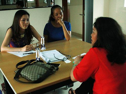 Đại diện Công ty Nu Skin (trái) trình bày về phương thức kinh doanh tại Báo Người Lao Động sáng 20-5.Ảnh: TRƯỜNG HOÀNG
