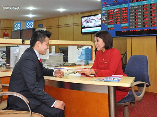 Đại diện các doanh nghiệp và ngân hàng ký kết vay vốn tại hội nghị kết nối sáng 8-8
