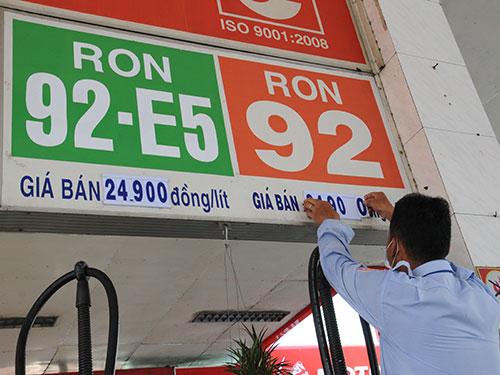 Các cây xăng đồng loạt tăng giá bán từ 12 giờ ngày 22-4 Ảnh: HỒNG THÚY
