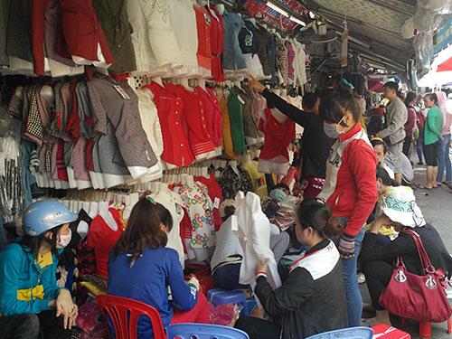 Hơn 10 giờ ngày 29-9, nhiều quầy sạp ở chợ Tân Bình mới mở cửa kinh doanh
