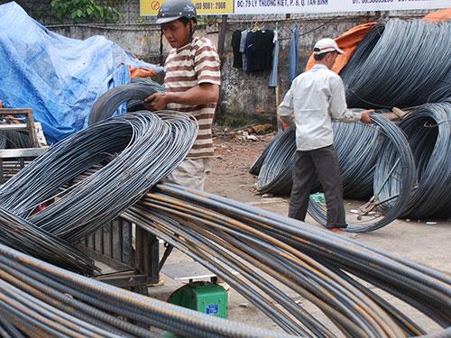Các doanh nghiệp thép trong nước rất vất vả với thép nhập khẩu giá rẻ  Ảnh: TẤN THẠNH