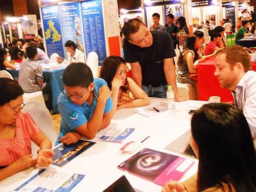 Học sinh tìm hiểu cơ hội học bổng trực tiếp với các trường tại hội thảo du học Anh