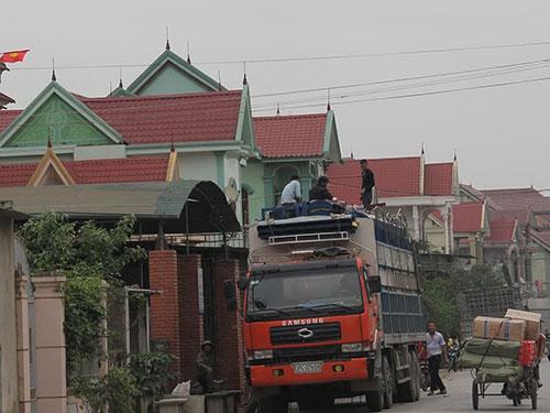 Người dân xã Diễn Tháp bốc hàng lên ô tô đưa sang Lào bán