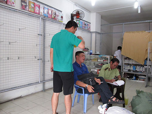Lực lượng chức năng kiểm tra một cửa hàng bán phụ kiện điện thoại