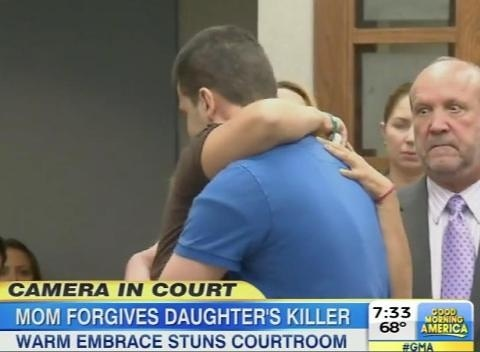 Bà Ady Guzman-DeJesus, mẹ nạn nhân, ôm hung thủ Howe khiến nhiều người ngỡ ngàng. Ảnh: Toovia