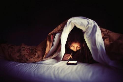 3 lý do bạn không nên ngủ với điện thoại