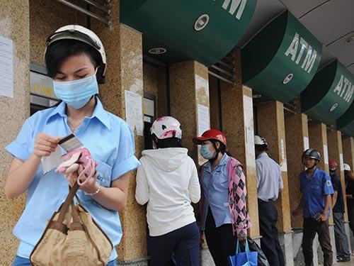 Công nhân Khu Chế xuất Tân Thuận (TP HCM) rút tiền lương từ máy ATMẢnh: Hồng Thúy