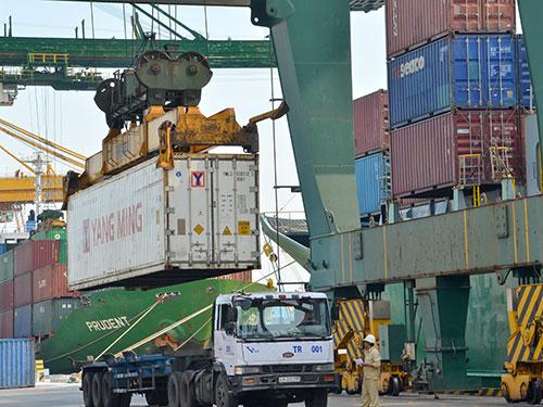 Bốc dỡ hàng hóa tại cảng VICT TP HCM Ảnh: Tấn Thạnh