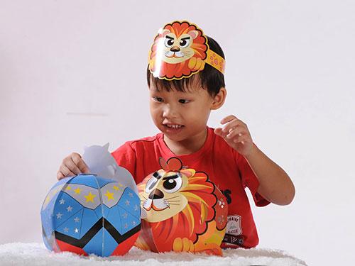 Trẻ em thích thú với lồng đèn Việt