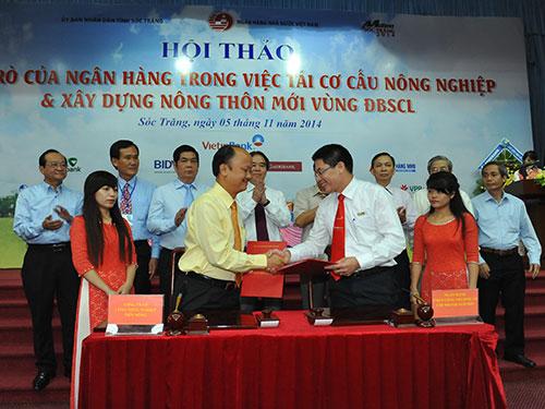 Giám đốc VietinBank Sầm Sơn Lê Văn Dũng (phải) ký kết hợp đồng tín dụng theo chương trình cho vay thí điểm