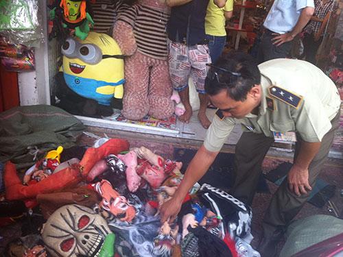 Nhiều đồ chơi phục vụ lễ hội Halloween nhập lậu bị tịch thu