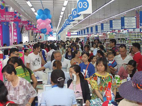 Khách tham quan, mua sắm tại một siêu thị của Co.opmart