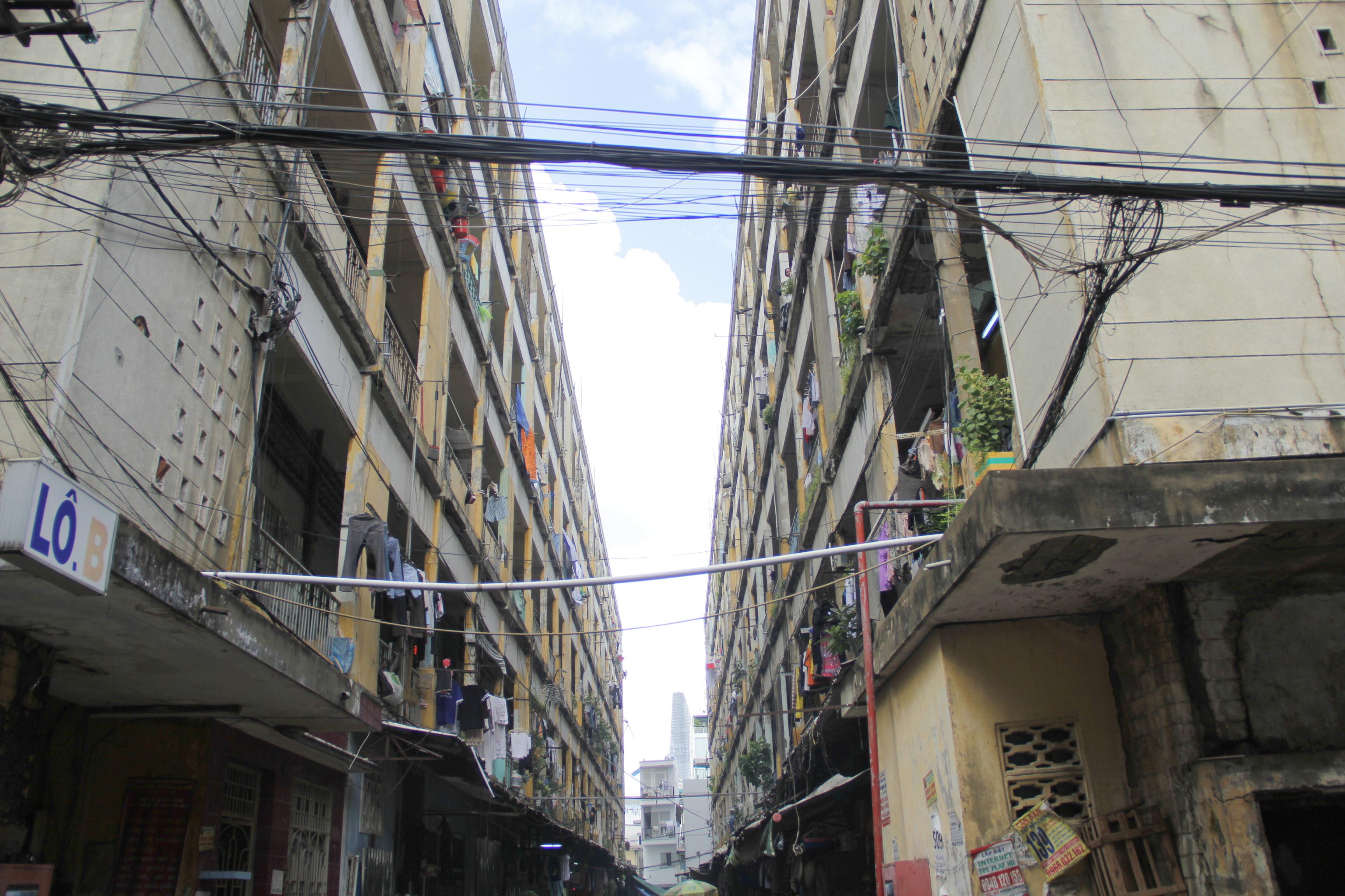 Cũng nằm trong diện cảnh báo nguy cơ sập đổ, khu chung cư cũ Cô Bắc - Cô Giang (quận 1) gồm 4 khối nhà, qua nhiều năm sử dụng đã bị xuống cấp nặng