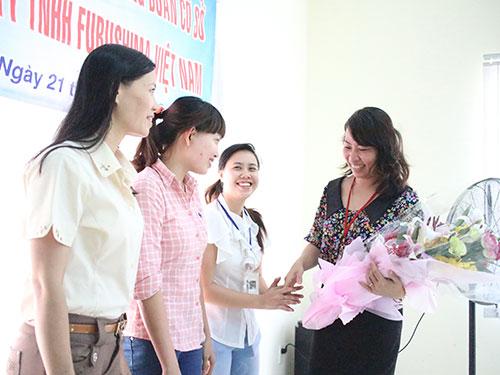 Bà Hồ Bích Ngọc - Chủ tịch LĐLĐ quận 1, TP HCM - tặng hoa cho Công đoàn Công ty Purosihma Ảnh: HỒNG ĐÀO