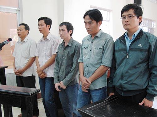 Từ trái qua: Các bị cáo Quyền, Huy, Thành, Mẫn, Quang tại phiên tòa ngày 26-3.