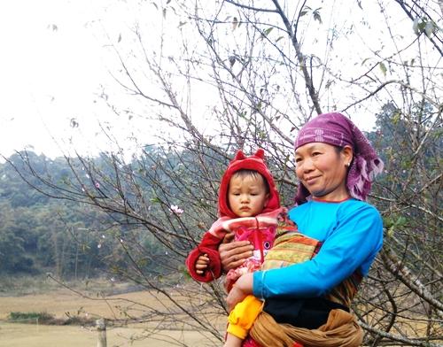Hai bà cháu ngắm đào ở bản Mười, xã Lũng Cao.