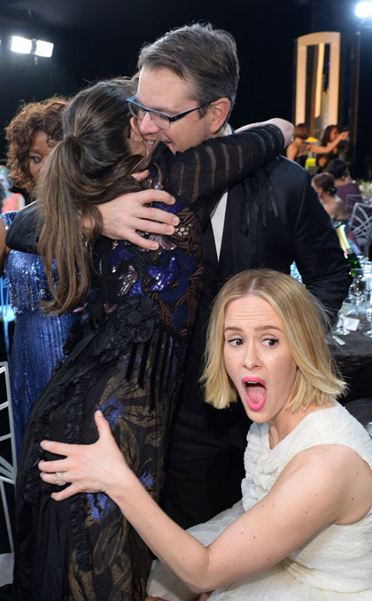 Amanda Peet đùa Alfre Woodard khi cô và Matt Damon ôm nhau.