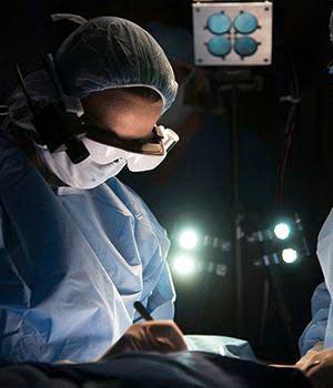 BS Margenthaler mang kính công nghệ cao trong một ca mổ. Ảnh: ĐH Y khoa Washington