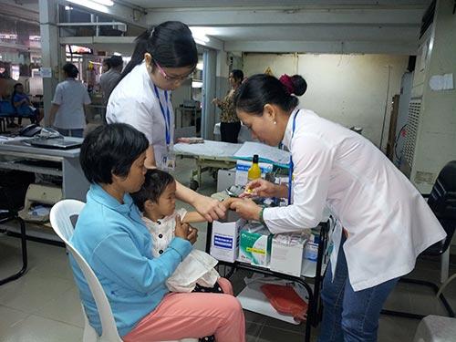 Bé Thảo đang được làm các xét nghiệm, chẩn đoán tại MEDIC