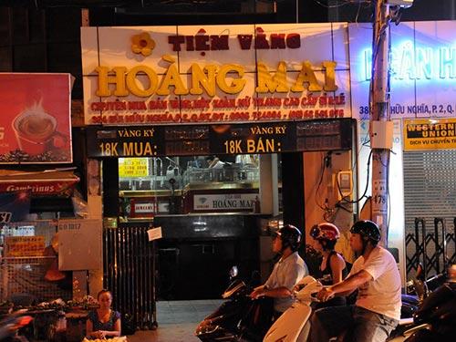 Tiệm vàng Hoàng Mai (quận Bình Thạnh, TP HCM), nơi bị công an tạm giữ 14.000 USD, niêm phong 559 lượng vàng vào ngày 24-4 Ảnh: HỒNG THÚY