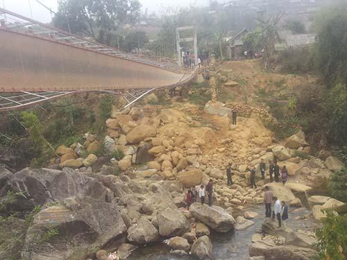 Hiện trường cây cầu treo Chu Va 6 sau khi bị lật làm 8 người chết và 38 người bị thương Ảnh: Nguyễn Quyết