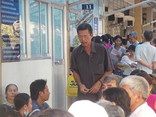 Người dân đến khám bệnh tại Bệnh viện Ung Bướu TP HCM