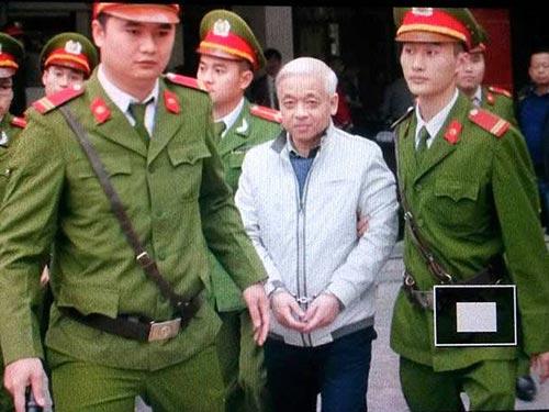 Dẫn giải bị cáo Nguyễn Đức Kiên tại phiên tòa ngày 3-12