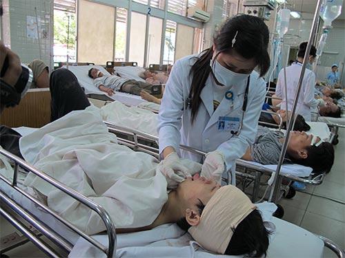 Bệnh nhân bị chấn thương não đang được chăm sóc tại Bệnh viện Chợ Rẫy Ảnh: PHẠM DŨNG