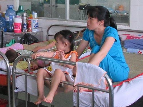 Ba bệnh nhi nằm ghép 1 giường tại Bệnh viện Nhi trung ương