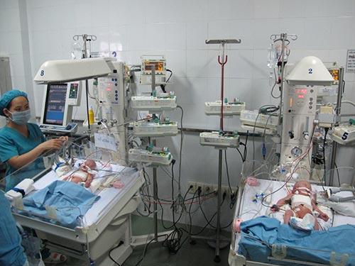 Hai bé sau khi được phẫu thuật tách rời