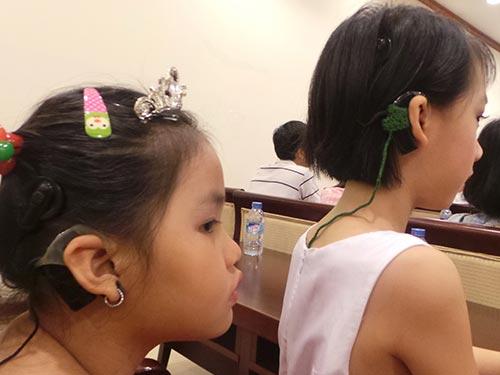 Trẻ được cấy ốc tai điện tử
