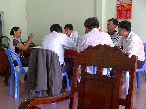 Bà Lê Thị Hòa đang trình bày về dự án trước đoàn kiểm tra vào ngày 26-6