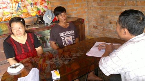Bà Nguyễn Thị Cẩm và cháu Huỳnh Thanh Lượng (vợ và con phạm nhân Huỳnh Văn Nén) khẳng định chưa nhận được thông báo của Trại giam Z30A Ảnh: THÀNH DANH