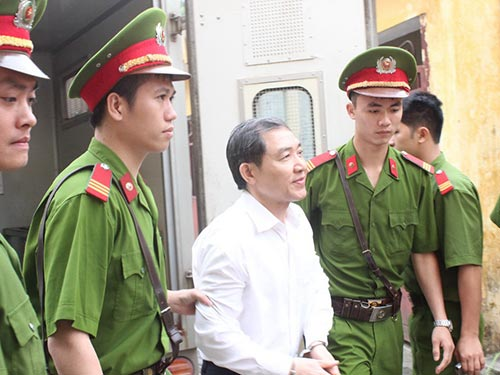 Bị cáo Dương Chí Dũng được dẫn giải ra tòa để nghe tuyên án phúc thẩm vào chiều 7-5