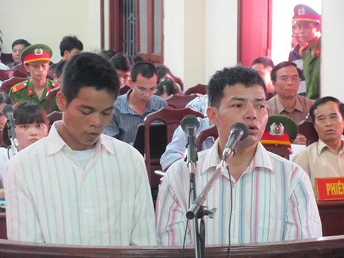 Bị cáo Thành (trái) và Công tại phiên tòa ngày 30-5