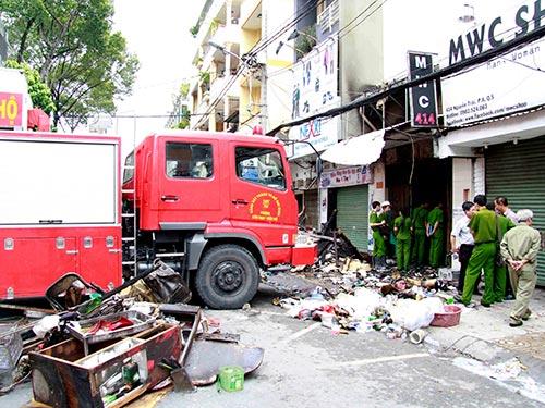 Nhiễm độc CO cấp tính thường gây tử vong trong các vụ hỏa hoạn. Trong ảnh là vụ cháy rạng sáng 16-9 trên đường Nguyễn Trãi, phường 8, quận 5, TP HCM làm 7 người thiệt mạngẢnh: HOÀNG TRIỀU