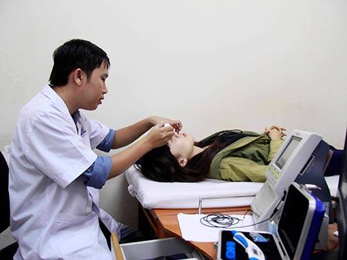 Thuốc nhỏ mắt cần được cất giữ nơi khô mát. Trong ảnh: Khám và điều trị mắt tại Bệnh viện Mắt TP HCM Ảnh: Hoàng Triều