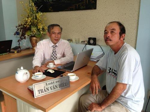 Ông Trương Bá Nhàn (phải) và luật sư Trần Văn Hiếu, Văn phòng Luật sư Người Nghèo (TP HCM) Ảnh: THANH HIẾU