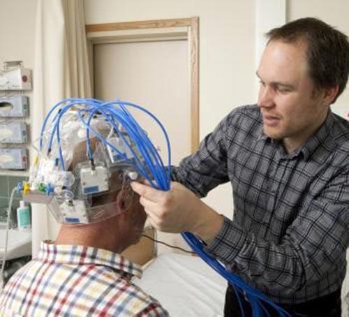 Thiết bị phát hiện dạng đột quỵ bằng sóng  siêu âm Ảnh: MNT