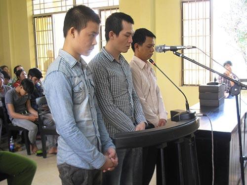 Các bị cáo Khỏe, Phát, Tâm (từ trái sang) tại phiên tòa sơ thẩm