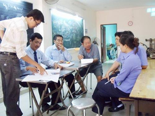 Thừa phát lại quận Bình Thạnh, TP HCM thi hành án một vụ thu hồi nhà tại phường 19, quận Bình Thạnh ảnh: VÕ LÊ