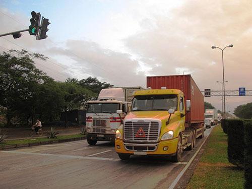Trong số các đại gia ngành vận tải hàng hóa ở Hải Phòng, có không ít đối tượng giang hồ. (Trong ảnh: Xe container vận tải hàng hóa của các chủ doanh nghiệp)