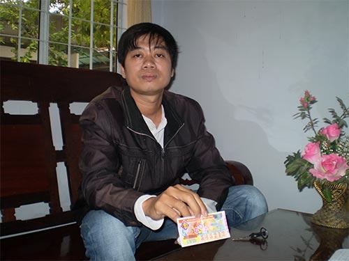 Anh Phú với tờ vé số trúng giải khuyến khích nhưng không được trả thưởng Ảnh: NGÂN PHƯỢNG