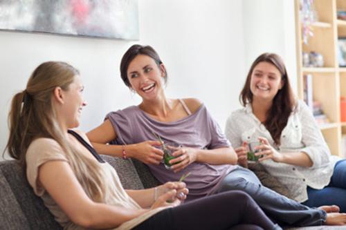 Phụ nữ có xu hướng dễ tiếp cận và chia sẻ với những người khác
