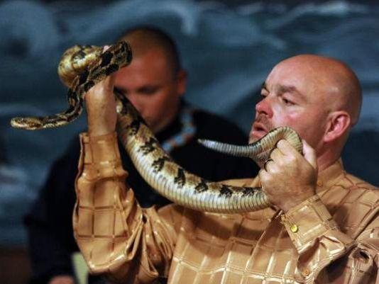 Ông Coots biểu diễn rắn như 1 phần của nghi thức tôn giáo tại nhà tờ. Ảnh: Tennessean