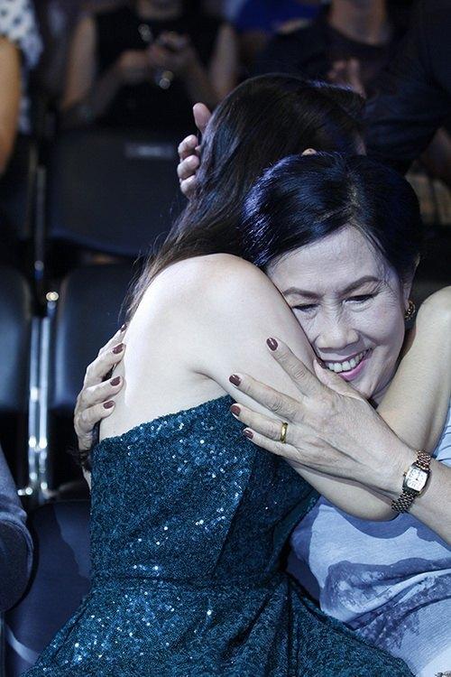 Ngọc Lan ôm chầm mẹ khi được xướng tên trong lễ trao giải HTV Award