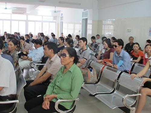 Bệnh nhân đến khám do bị đau mắt đỏ sáng 11-9 tại Bệnh viện Mắt trung ương