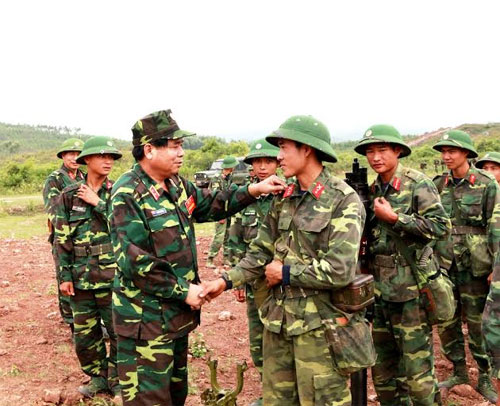 Các đồng chí trong Đảng ủy-Bộ tư lệnh Quân khu 1 gặp gỡ cán bộ, chiến sĩ sau diễn tập.