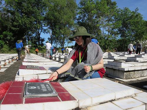 Trại sinh quét dọn các phần mộ tại Nghĩa trang Liệt sĩ Củ Chi, TP HCM