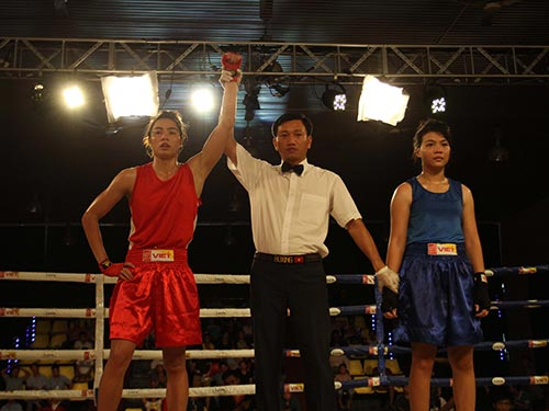 Vương Thị Vỹ (trái) sau chiến thắng ở bán kết hạng cân 57 kg nữ